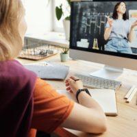 Kind am Schreibtisch beim Online-Learning