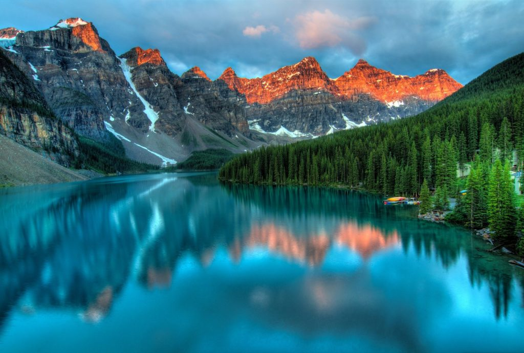 Ein Gewässer in Kanada mit Wald und Bergen