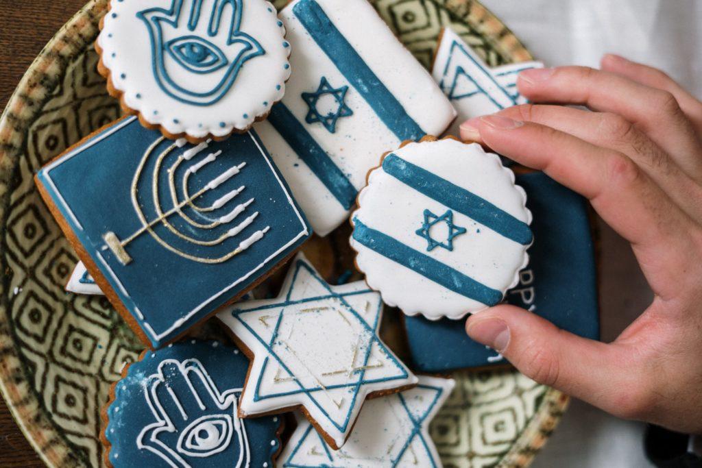 Kekse mit Symbolen zum Themenfeld Antisemitismus