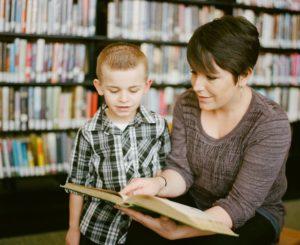 Frau und Junge lesen