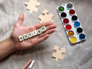Autismus Buchstaben und Puzzleteile